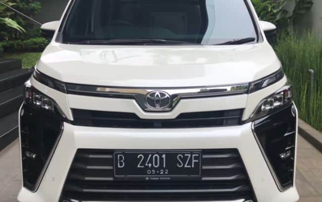 Toyota Voxy CVT Front View