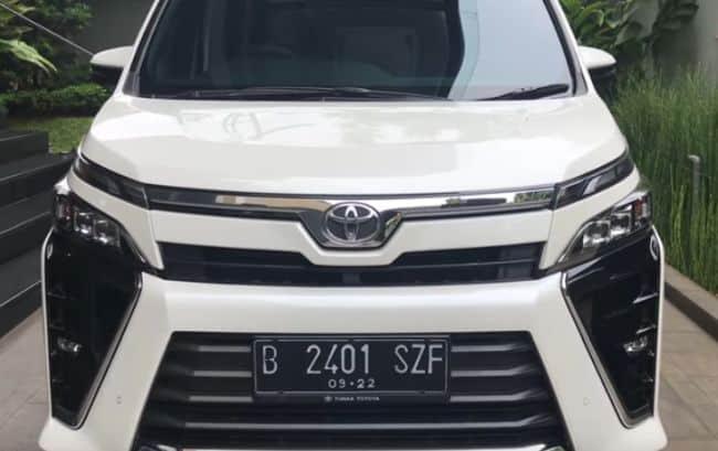 Toyota Voxy CVT Front View